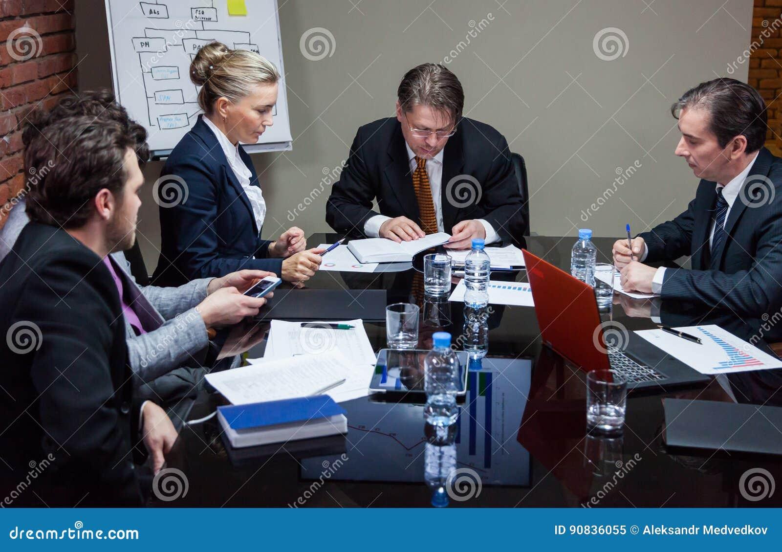 Люди имея встречу в офисе