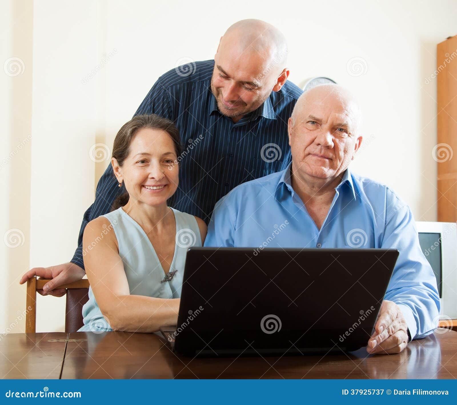 Люди и женщина дома онлайн