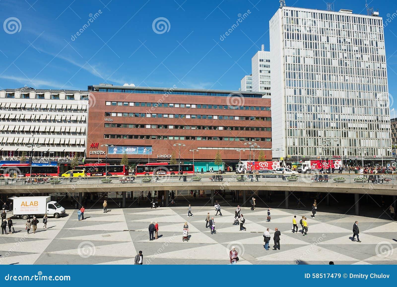 Люди идут квадратом Sergels в Стокгольме, Швеции