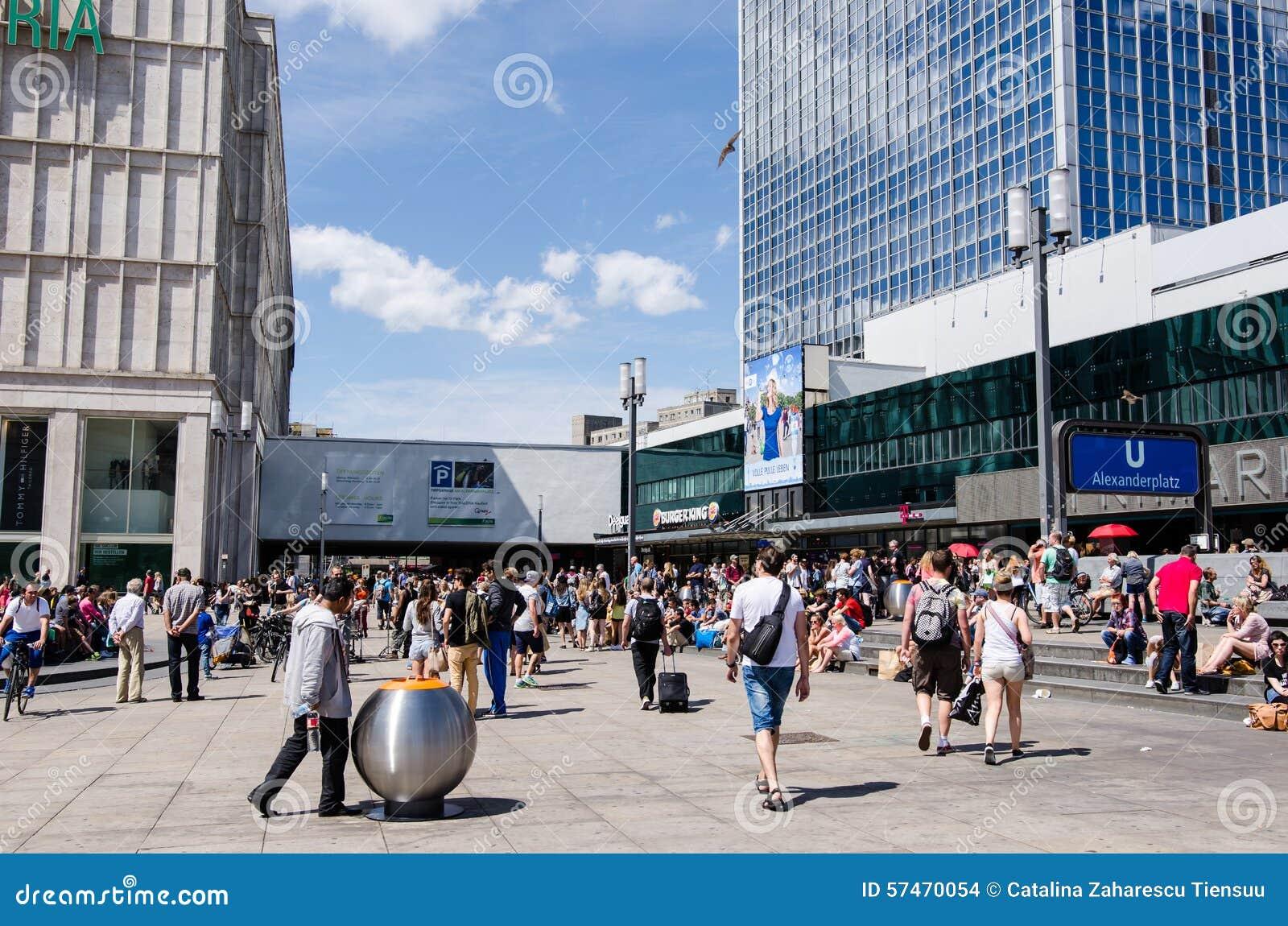 Люди идя в Александра Platz в полдень, Берлин, Германия