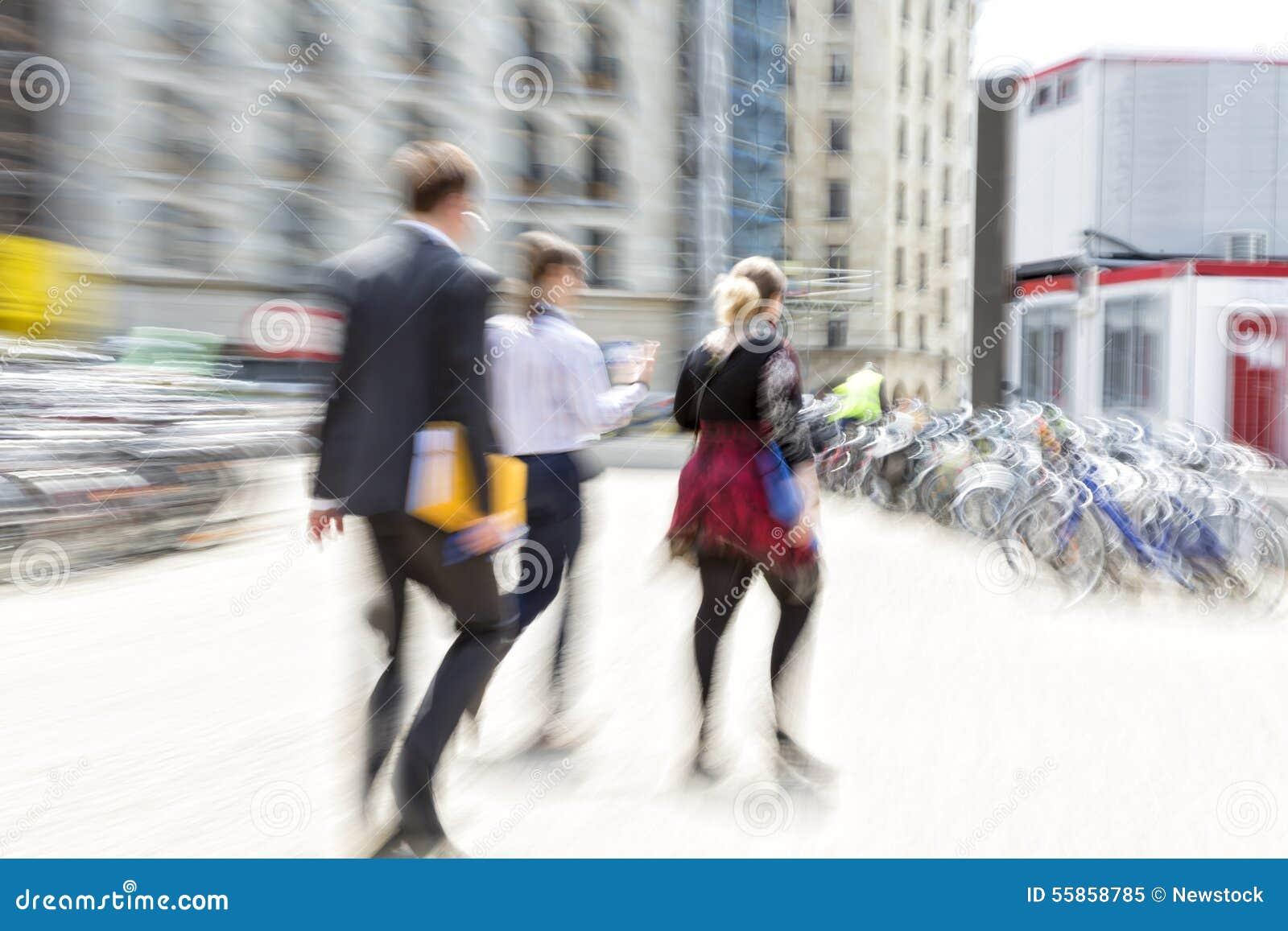 Люди идя в город, нерезкость движения