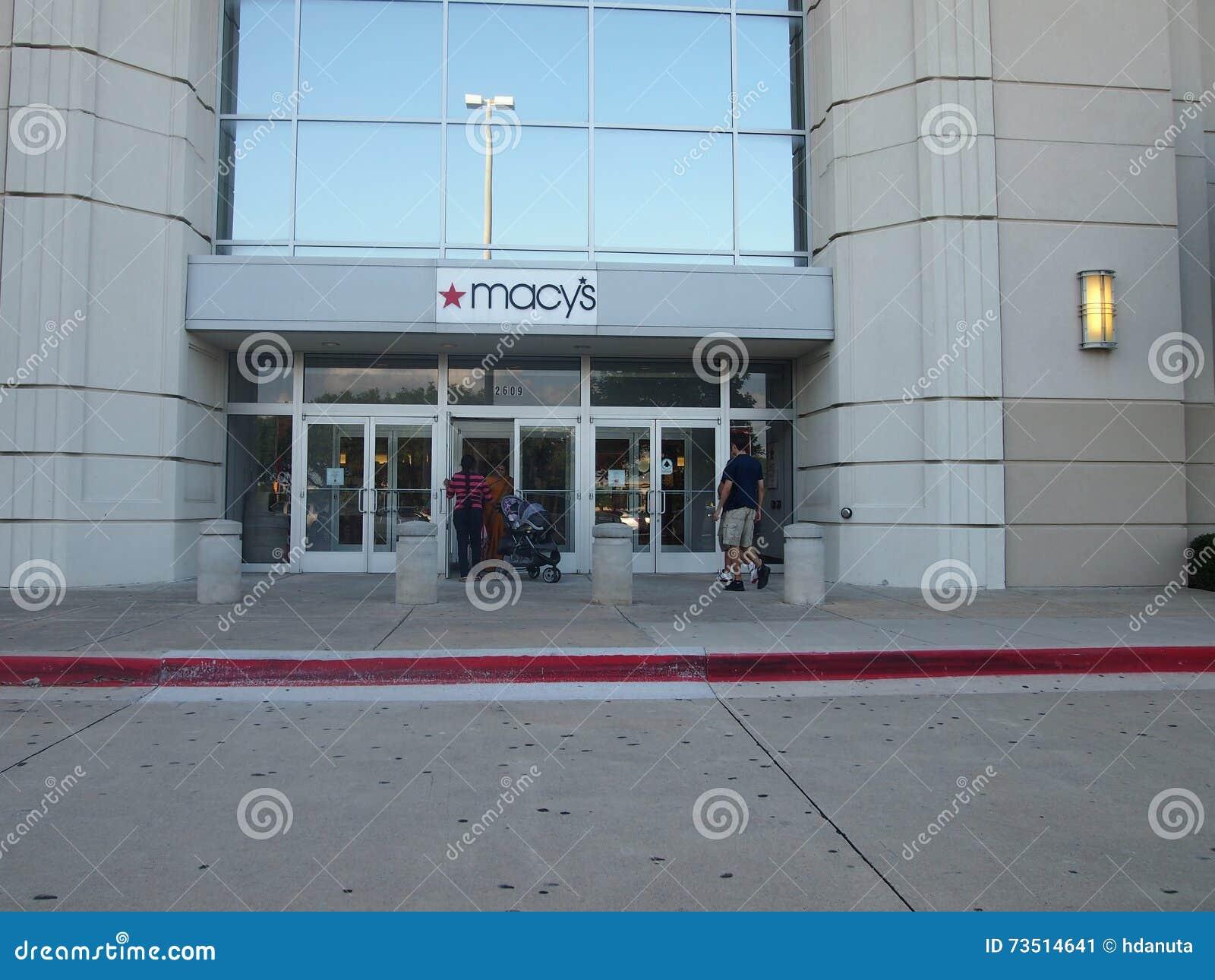 Люди идя в и из Macy s