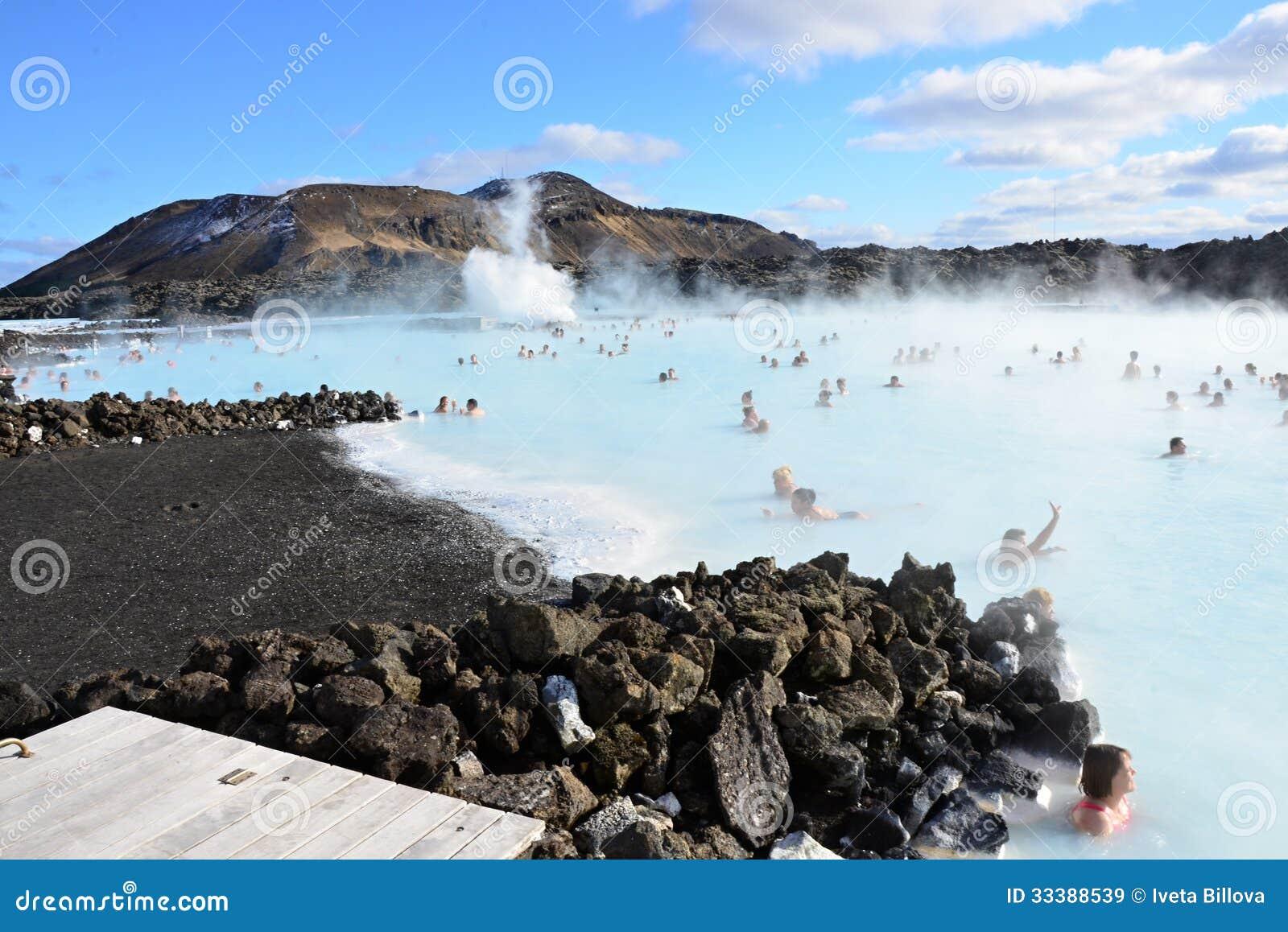 Люди купая в голубой лагуне Исландии