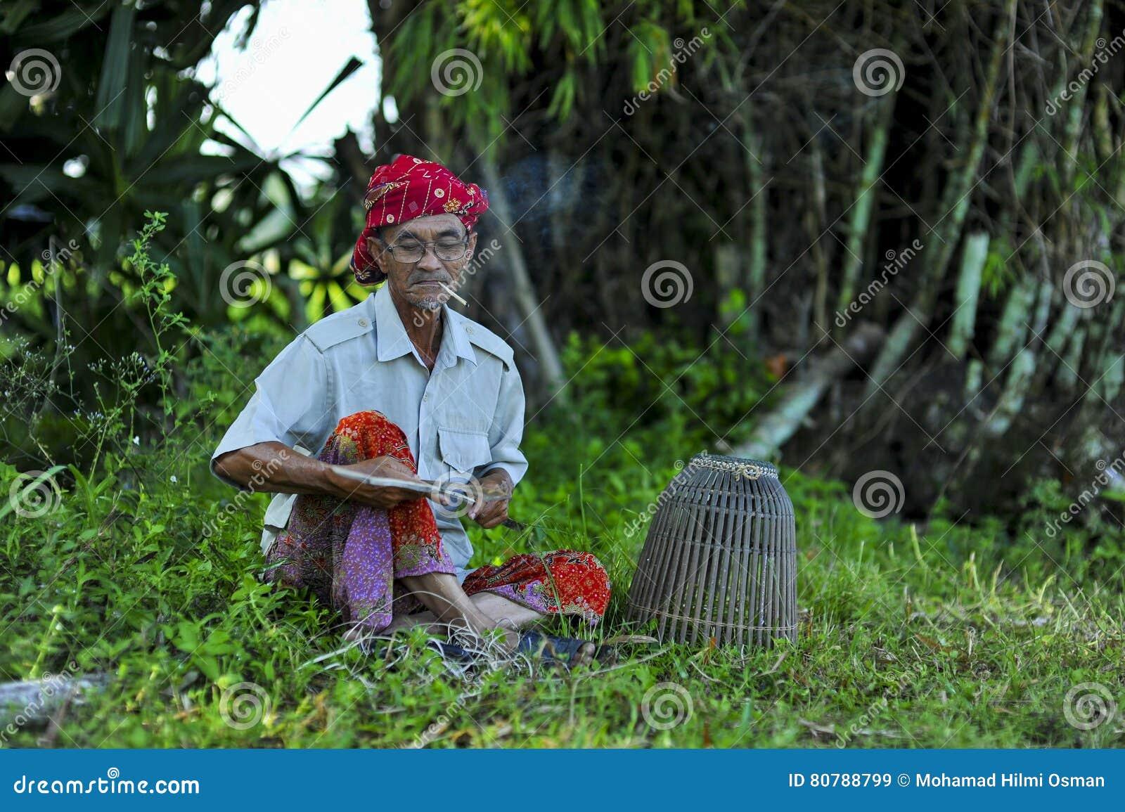 Люди малайзийца местные в environtment деревни
