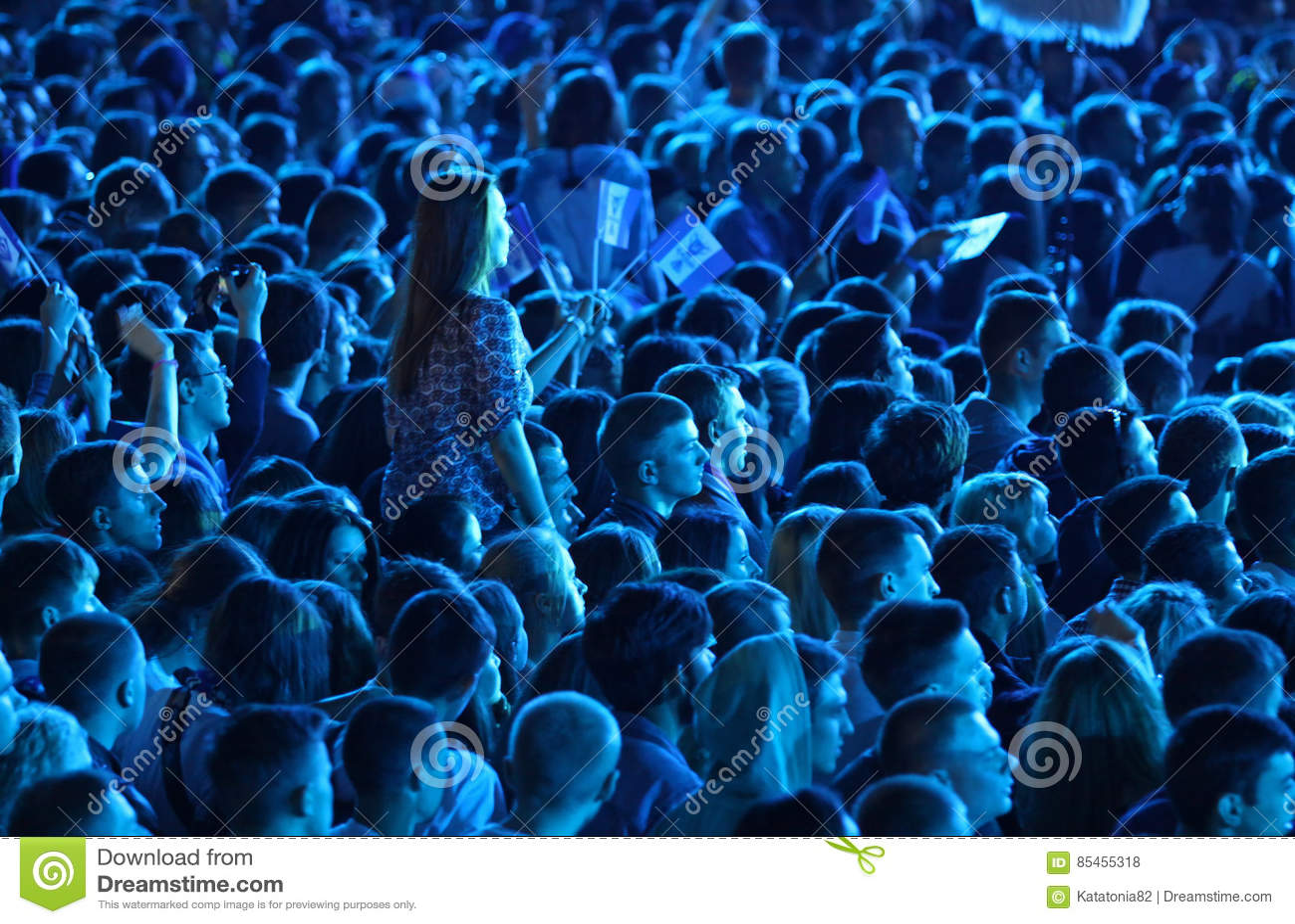 Люди наслаждаются концертом рока на стадионе
