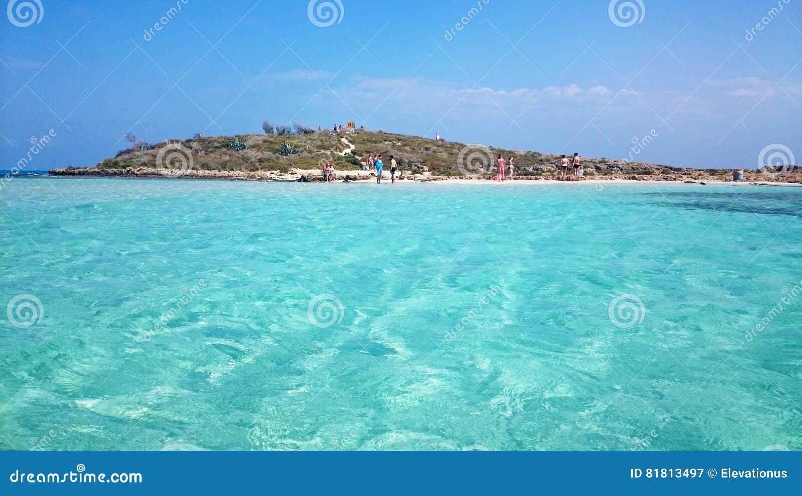 Люди наслаждаются солнечным днем на пляже Nissi, Кипре