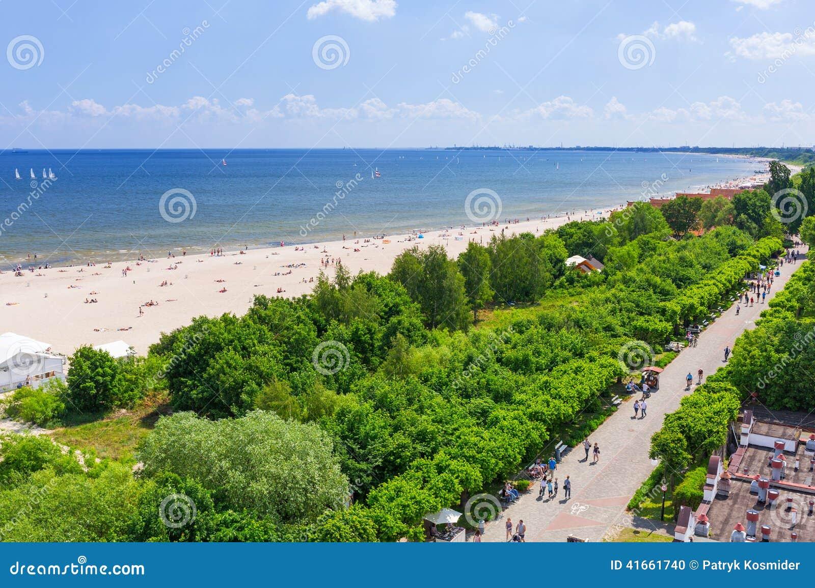 Люди на пляже Sopot на Балтийском море