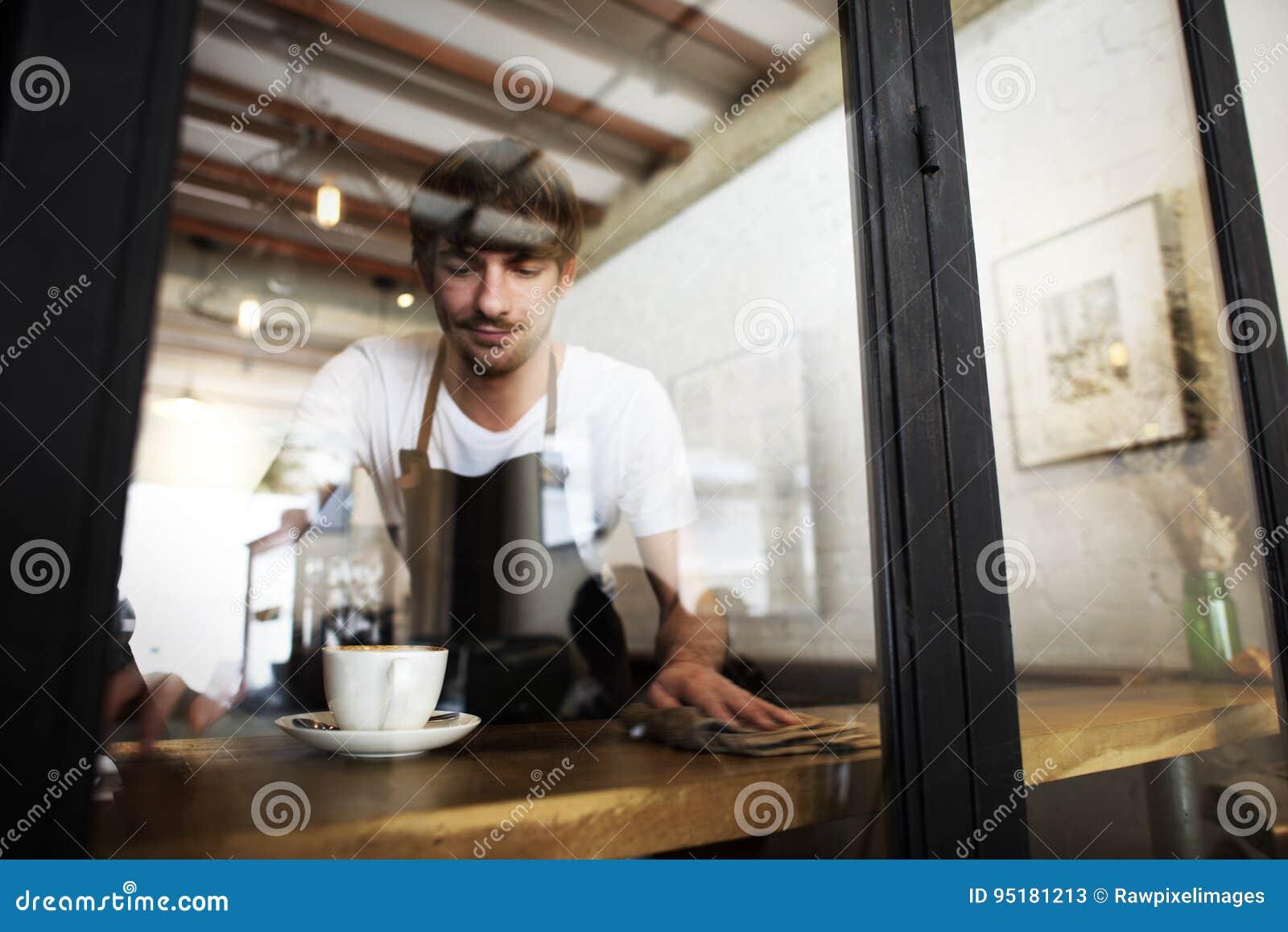 Люди обслуживания кафа очищая таблицу