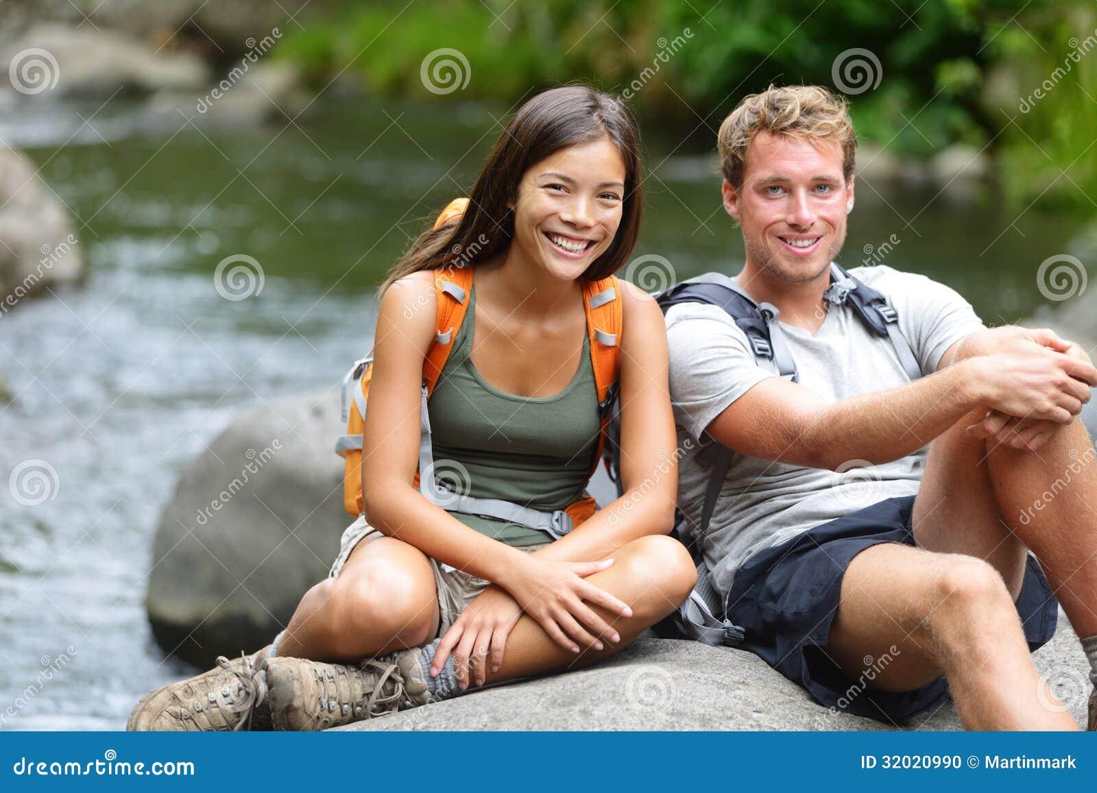 Люди - отдыхая портрет hikers на реке