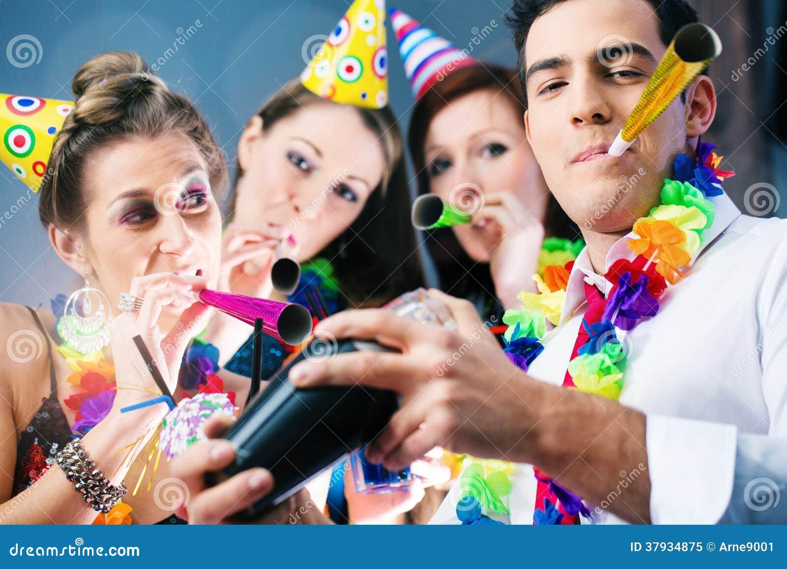 Люди партии в баре празднуя масленицу