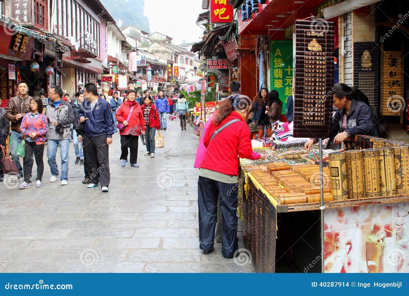 Люди покупок в западной улице, Yangshuo, Китае
