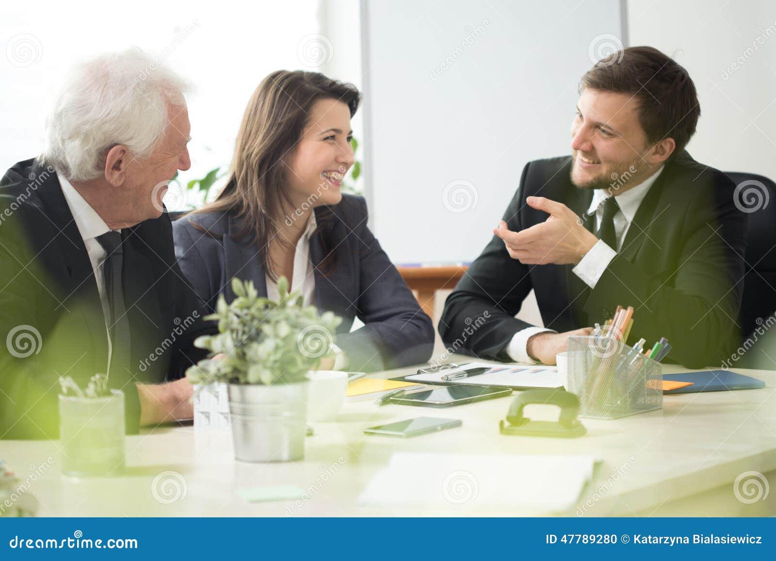 Люди смеясь над во время назначения дела