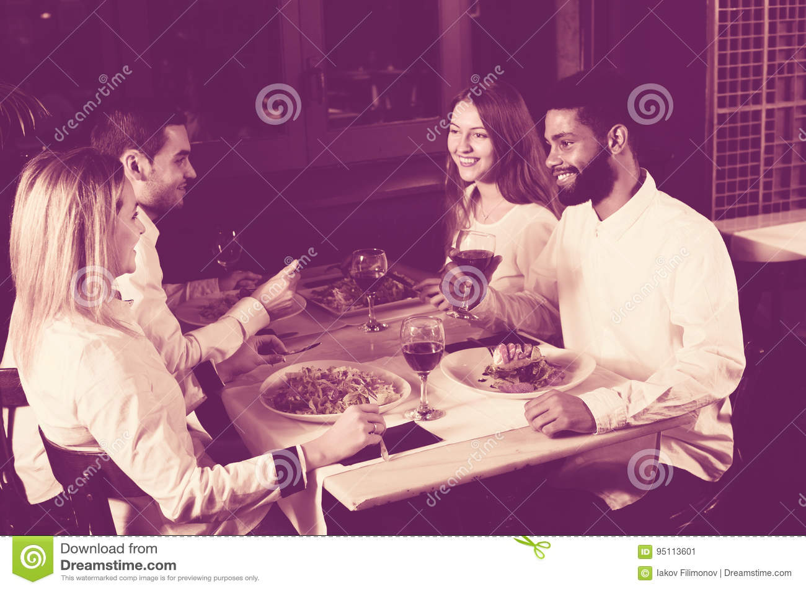 Люди среднего класса наслаждаясь едой