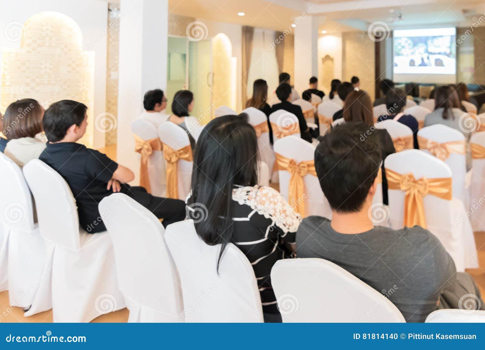 Люди слушают в зале семинара дела гостиничного номера