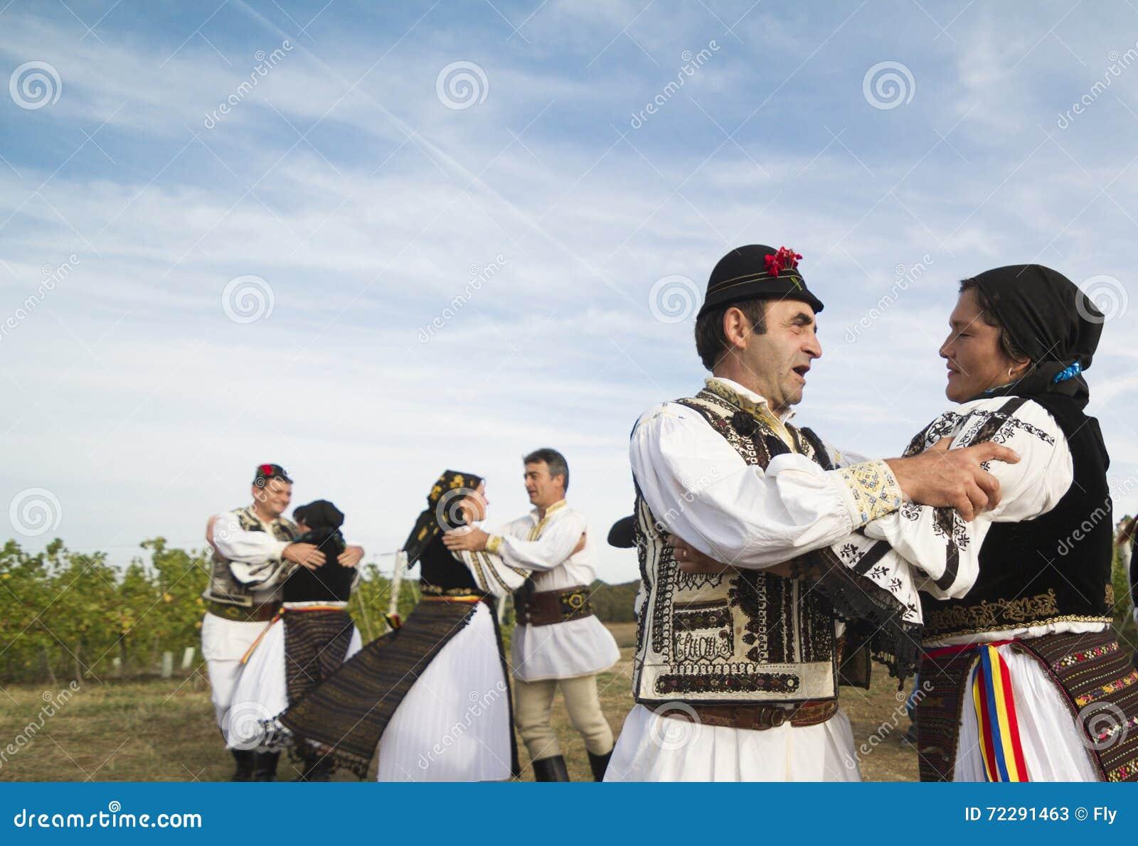 Download Люди танцуя на традиционном винограднике Jidvei жмут справедливо Редакционное Стоковое Фото - изображение насчитывающей танцулька, costume: 72291463