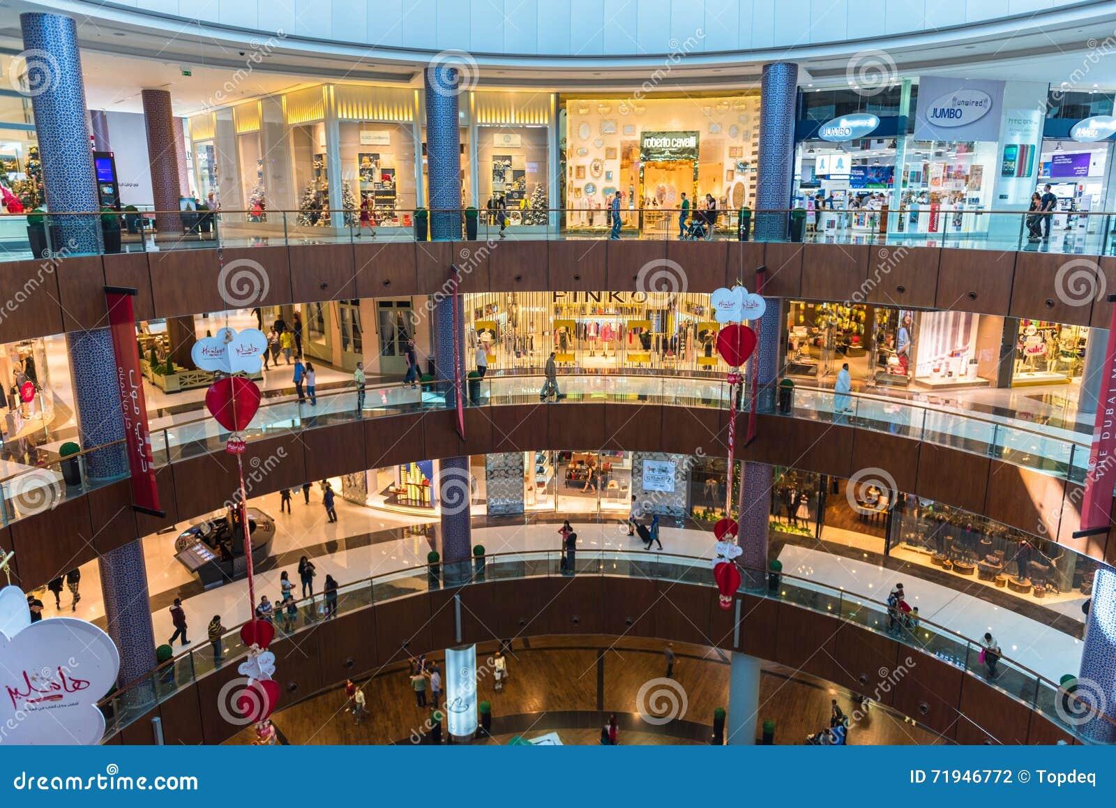 Люди ходя по магазинам в центре магазина мола Дубай