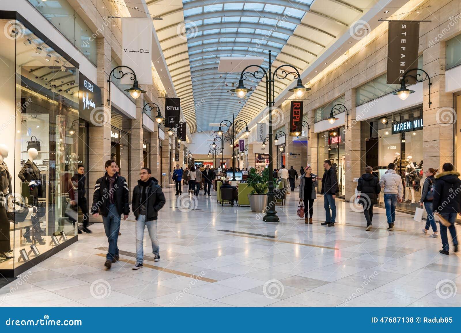 Люди ходя по магазинам для рождества в роскошных магазинов