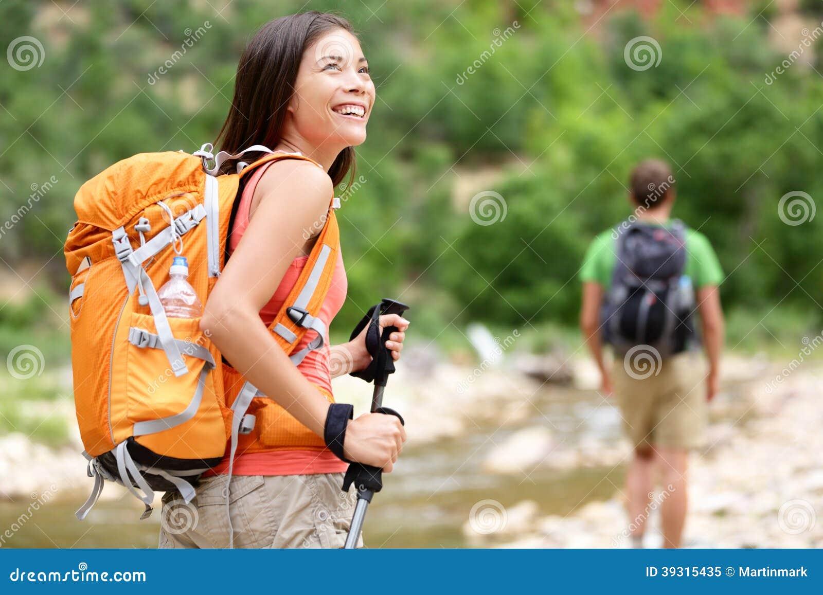Люди - hiker женщины идя в парк Сиона