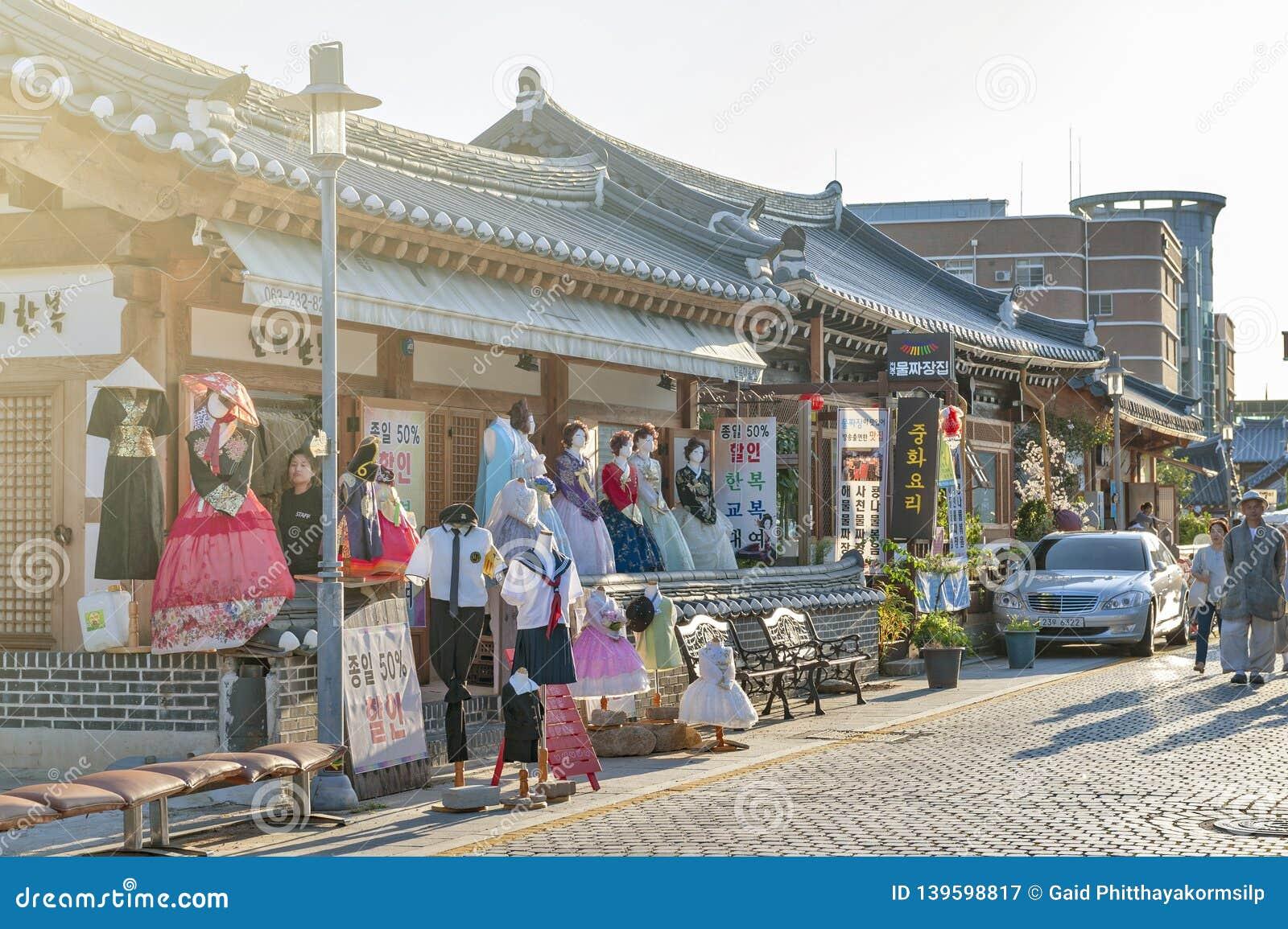 Магазин корейского традиционного платья Hanboknam арендный в деревне Чонджу Hanok, Южной Корее