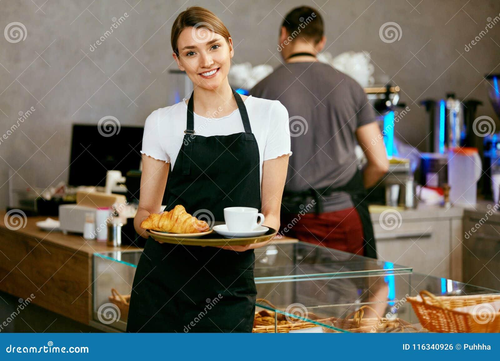 Магазин печенья Портрет молодой женщины в магазине хлебопекарни