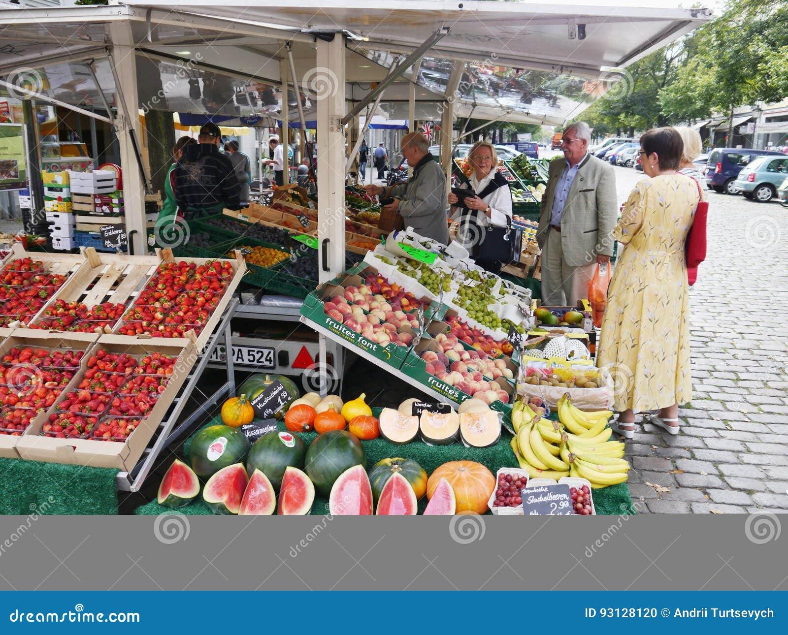 Магазин плодоовощ на улице города в Потсдаме, Германии Редакционное ... cb724cd4369