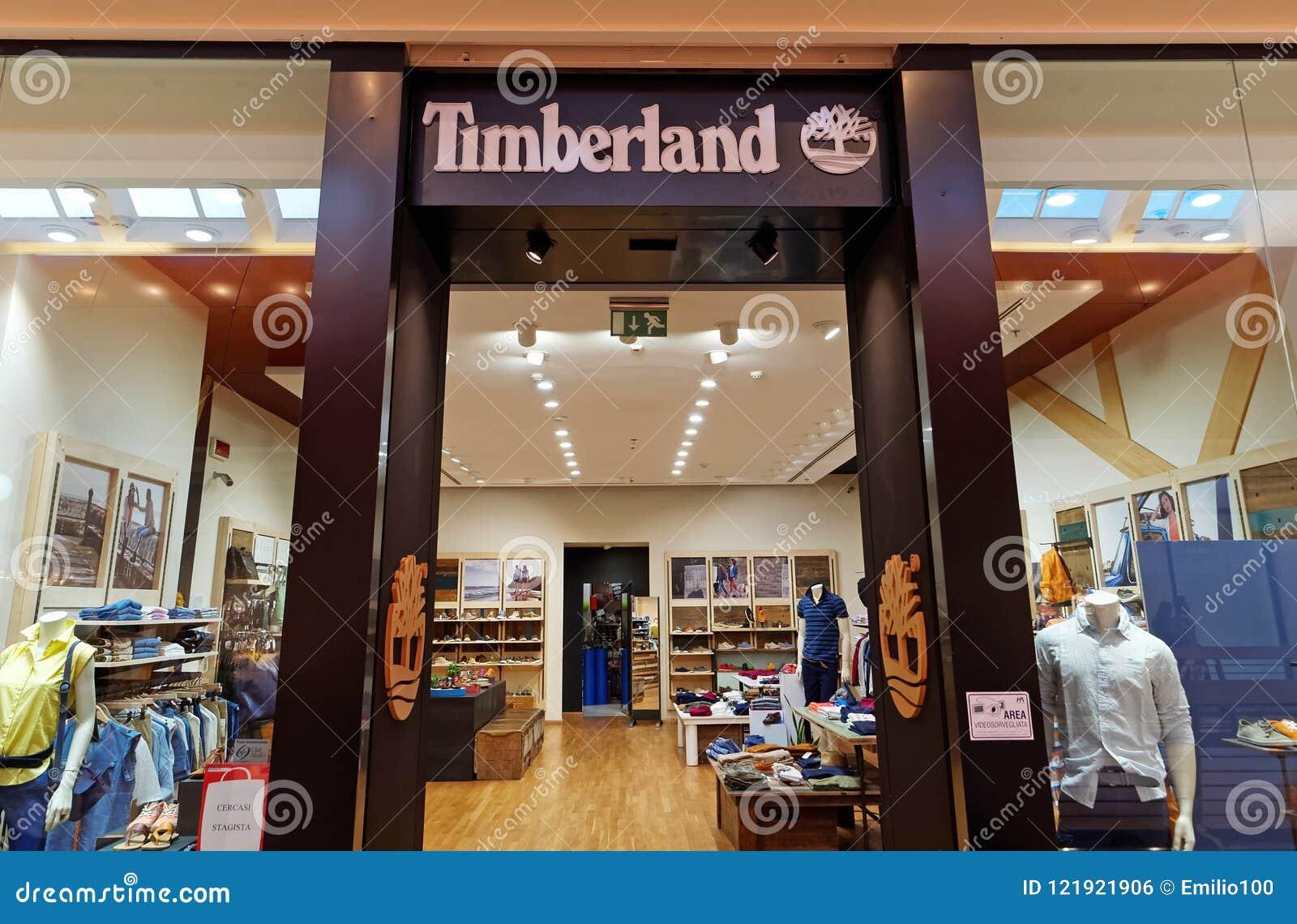 Secreto Camion pesado Mata  Магазин Timberland в Риме, Италии с ходить по магазинам людей Редакционное  Фото - изображение насчитывающей магазинам, италии: 121921906