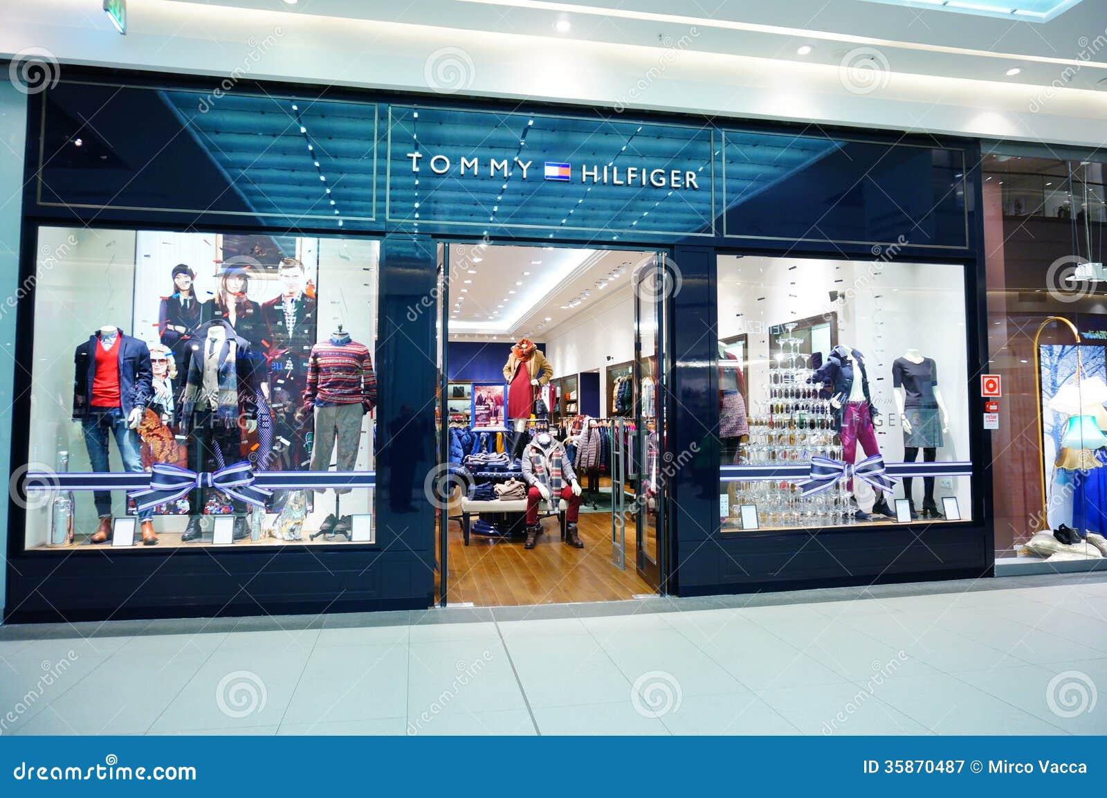 72fb79ee6e17 Магазин Tommy Hilfiger редакционное фотография. изображение ...
