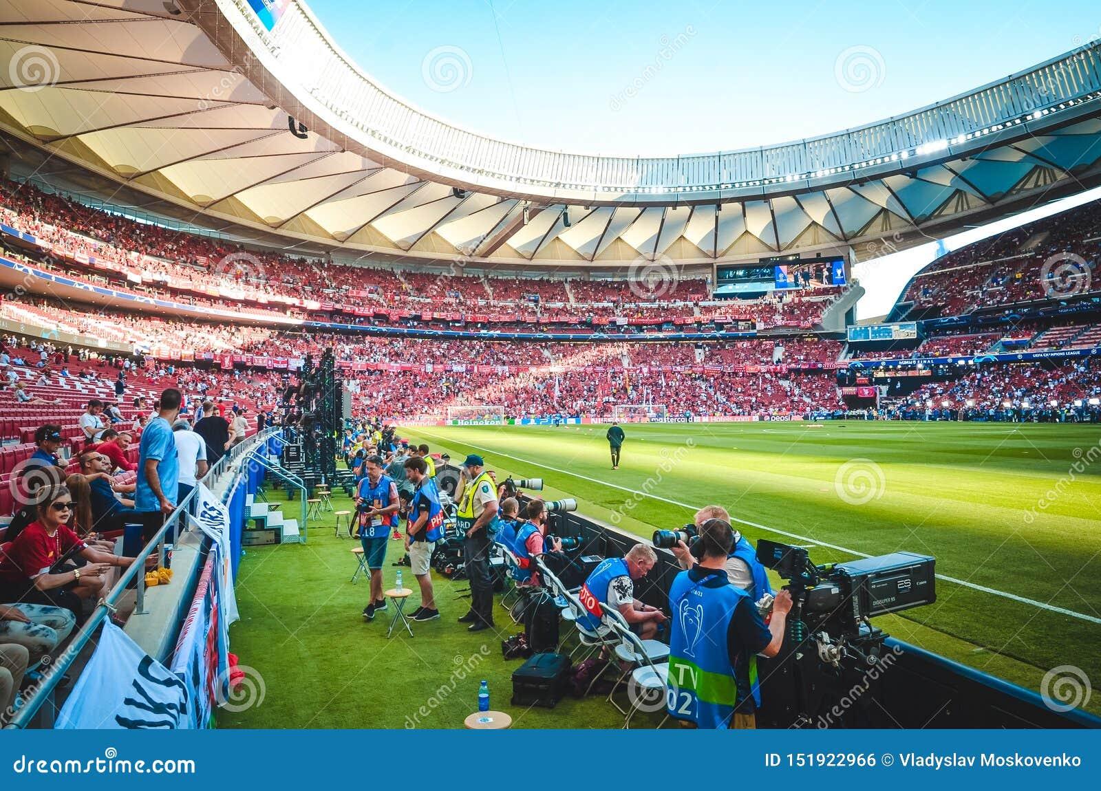 Мадрид, Испания - 1-ОЕ МАЯ 2019: Вентиляторы Ливерпуля и общий вид стадиона Ванда Metropolitano в дневном времени во время UEFA