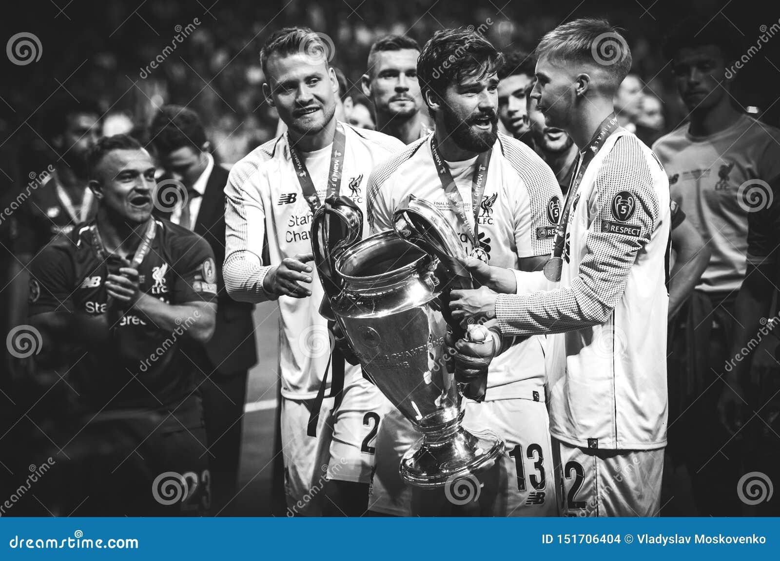 Мадрид, Испания - 1-ОЕ МАЯ 2019: Игроки Alisson и Ливерпуля празднуют их выигрывать лиги чемпионов UEFA 2019 после