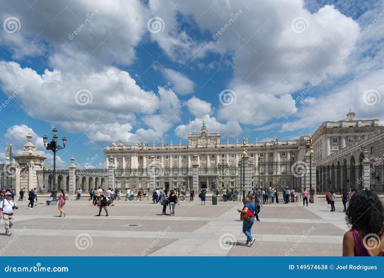 Мадрид, Испания - 11-ое мая 2018: Толпа перед королевским дворцом в Мадриде на солнечный день