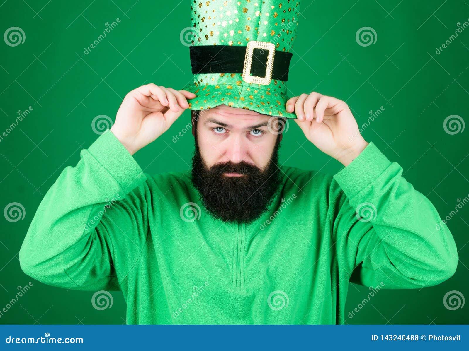 Май везение ирландского с вами Ирландский человек с зеленым цветом бороды нося Хипстер в костюме лепрекона касаясь шляпе