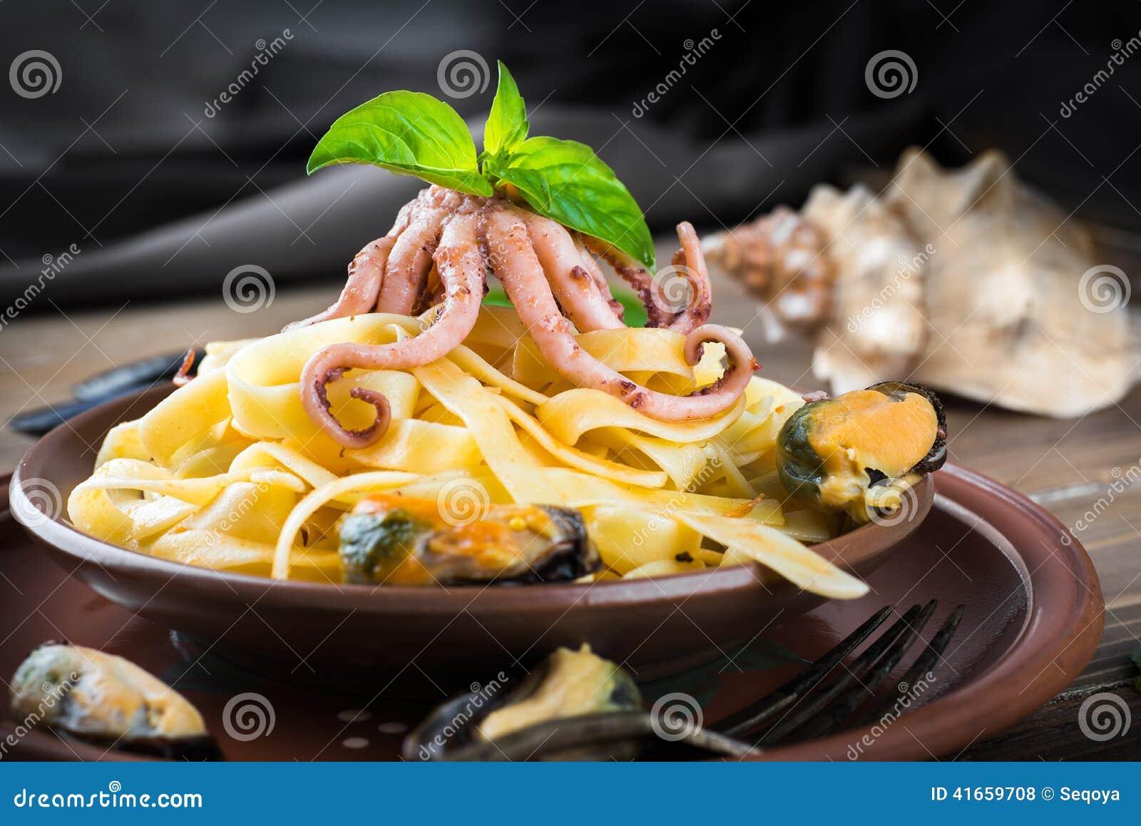 Макаронные изделия с мидиями и осьминогом