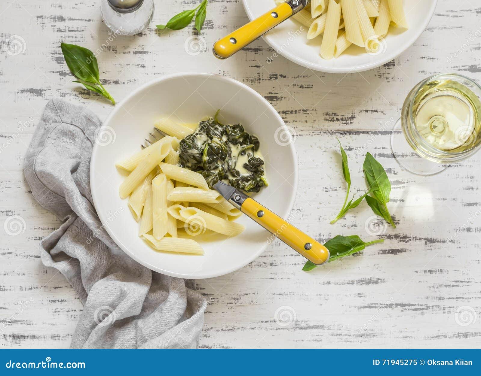 Макаронные изделия с соусом шпината cream и стеклом белого вина