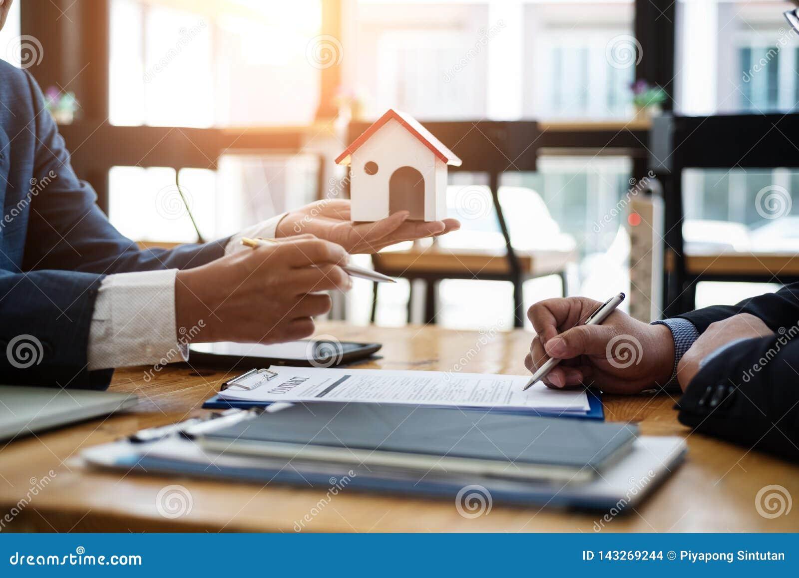 Маклер по операциям с недвижимостью объясняет вклад контракта перед подписанием жилого массива контракта в офисе концепция контра