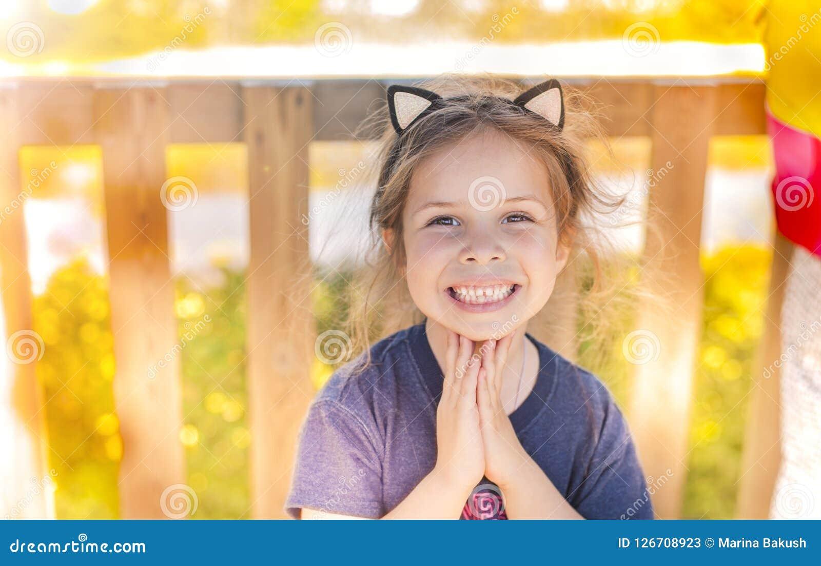 Маленькая девочка в играть парка лета ребенок счастливый Место Svobodnoe для текста скопируйте космос