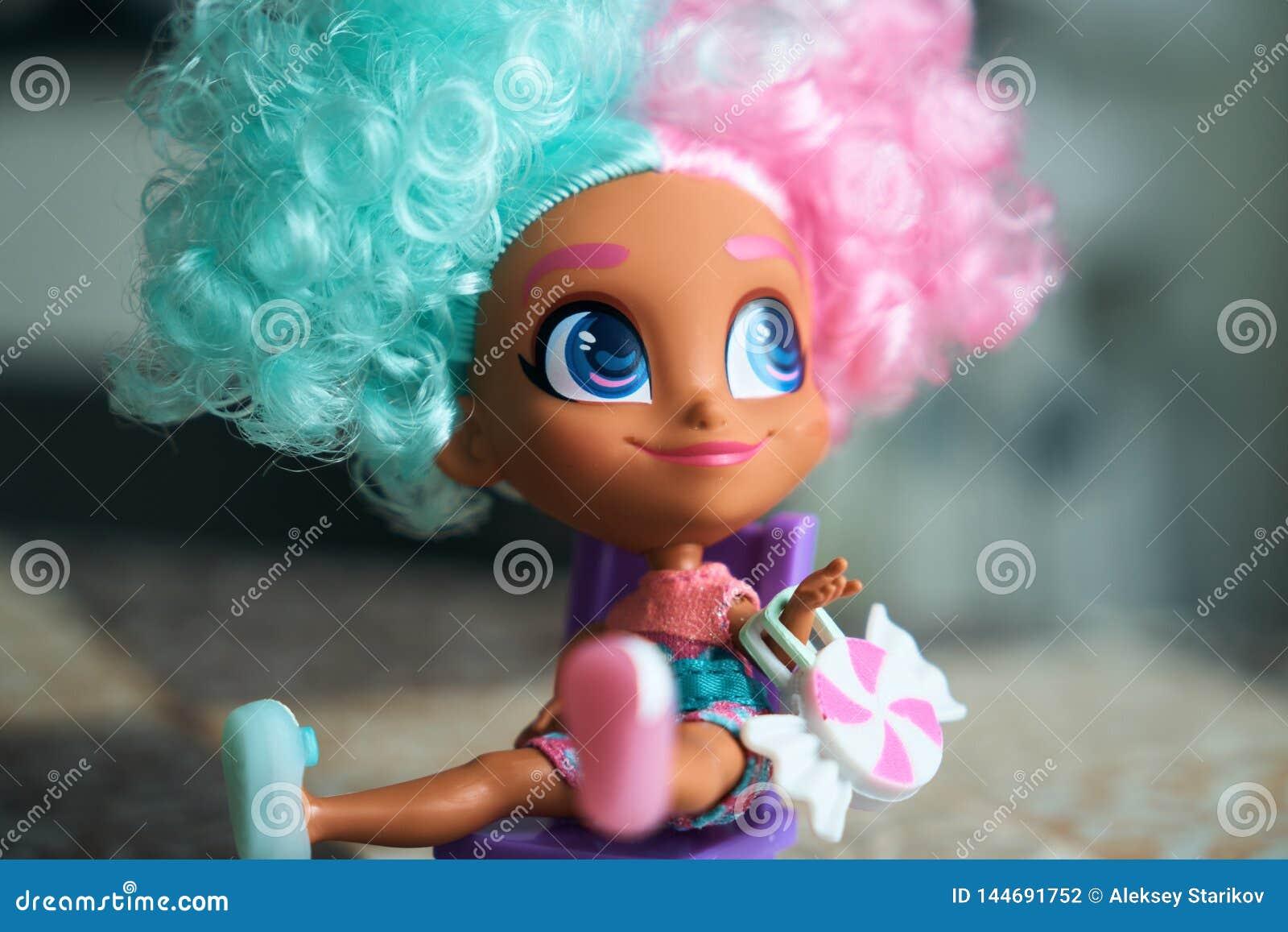 Маленькая девочка в костюме масленицы