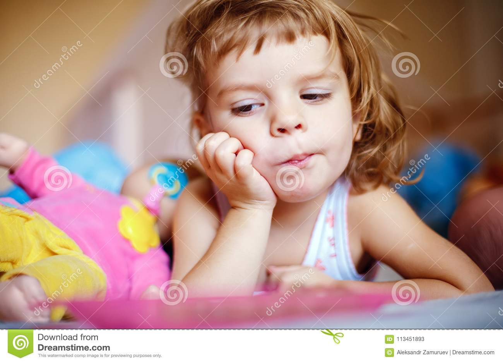 Маленькая девочка есть виноградины на кровати