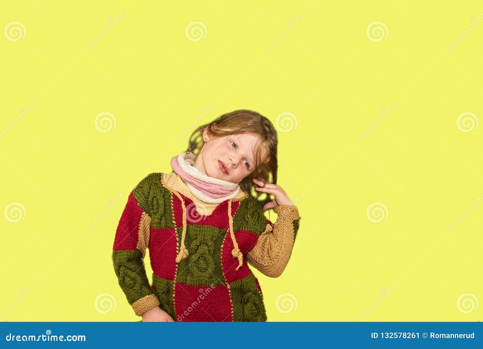 Маленькая девочка на красочной предпосылке скопируйте космос Маленькая девочка носит зацветенное платье Девушка с бортовыми ponyt