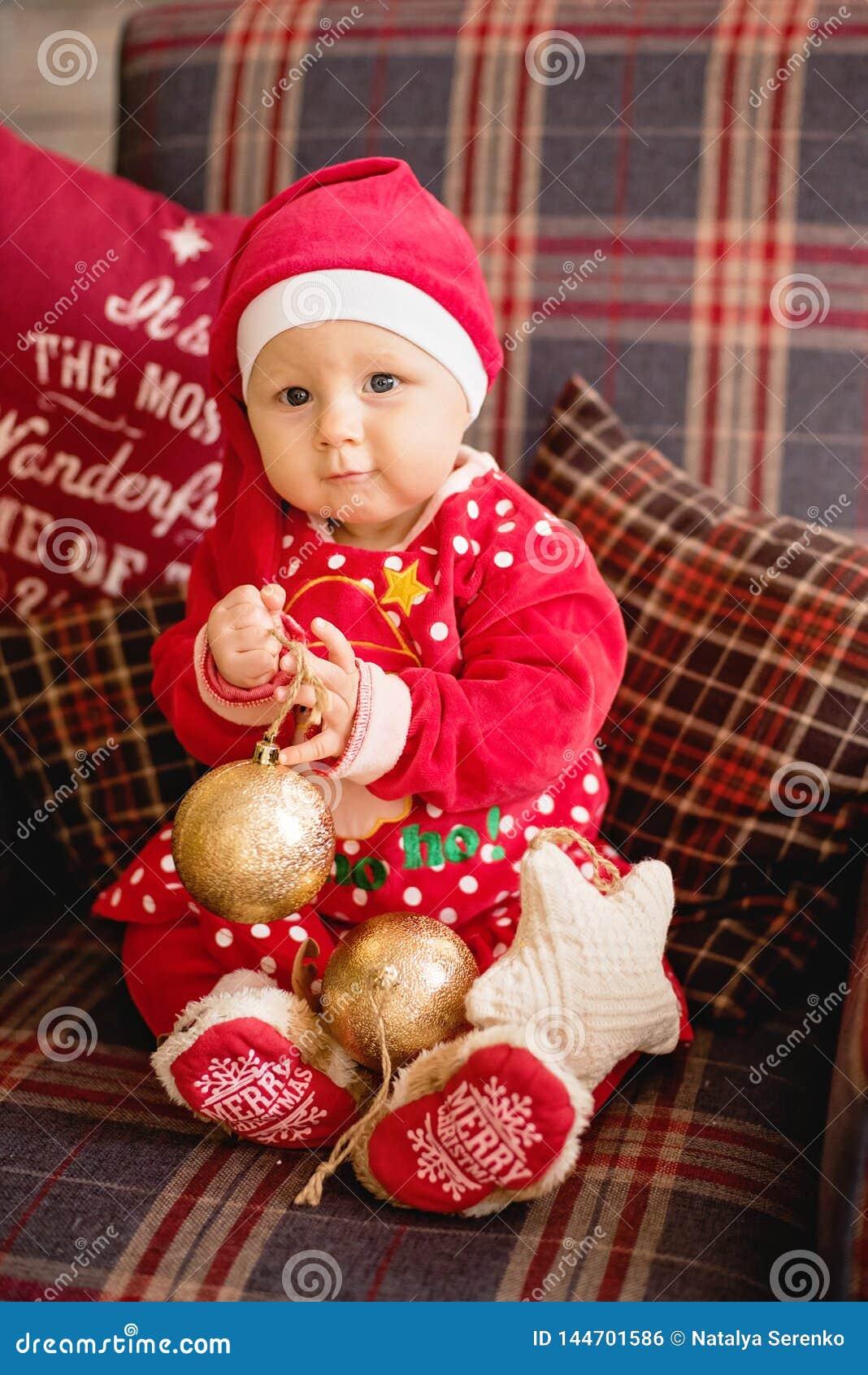 Маленькая девочка под рождественской елкой