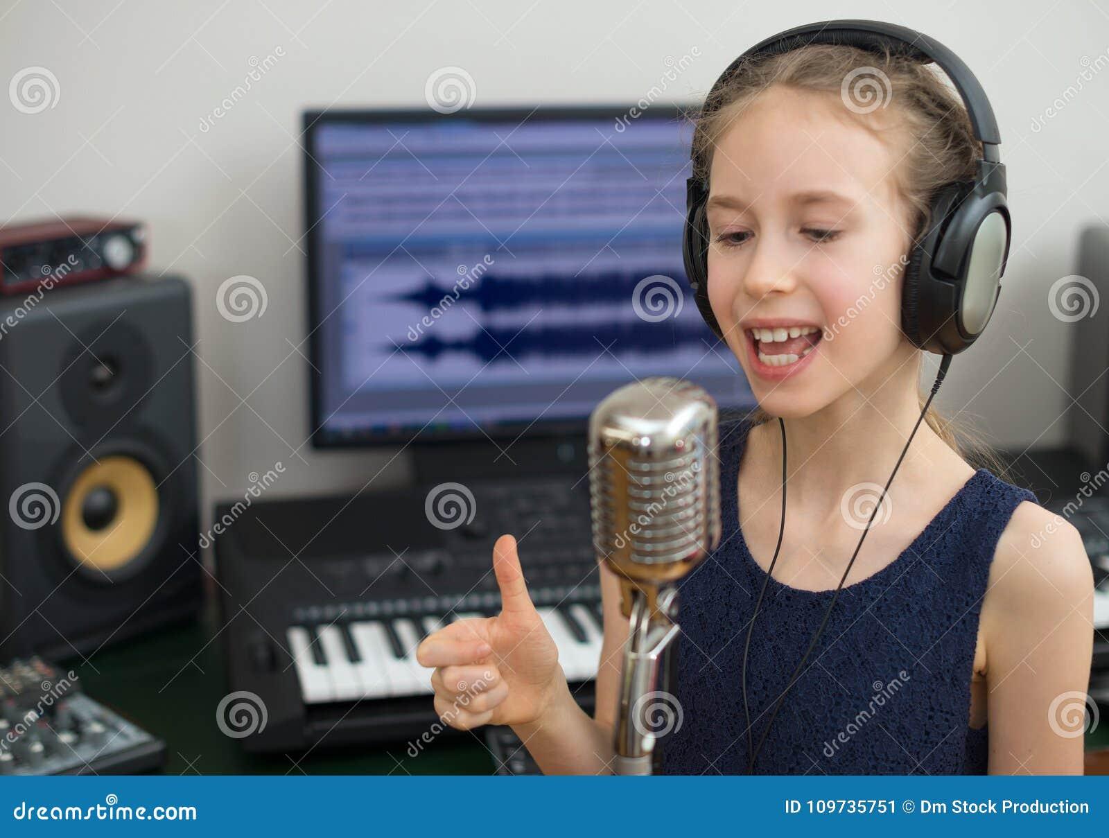 Маленькая девочка поя песню