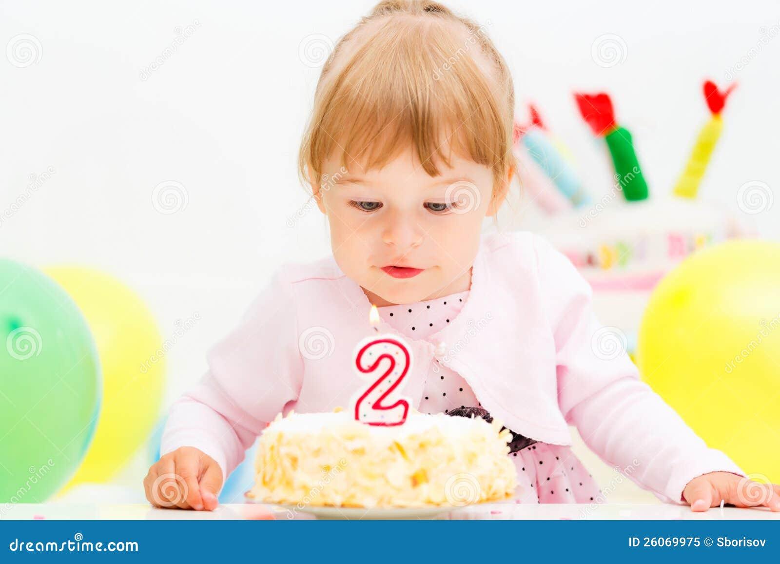 Маленькая девочка празднуя второй день рождения