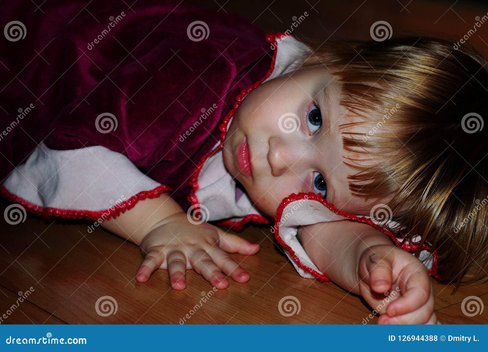 Маленькая девочка представляя для фотографа