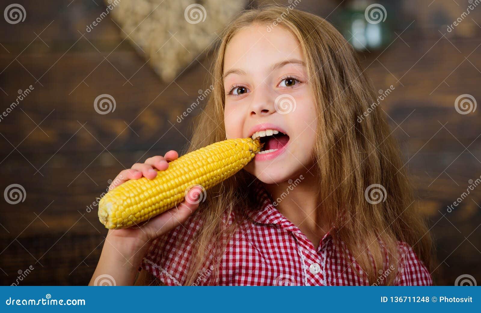 Маленькая девочка ребенка наслаждается жизнью фермы садовничать органический Вырастите ваши собственные натуральные продукты Ферм