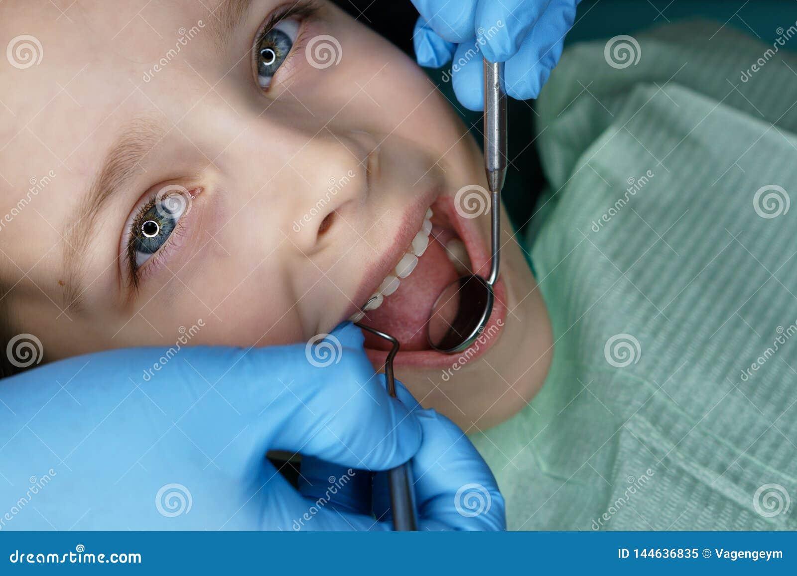 Маленькая девочка в зубоврачебной клинике