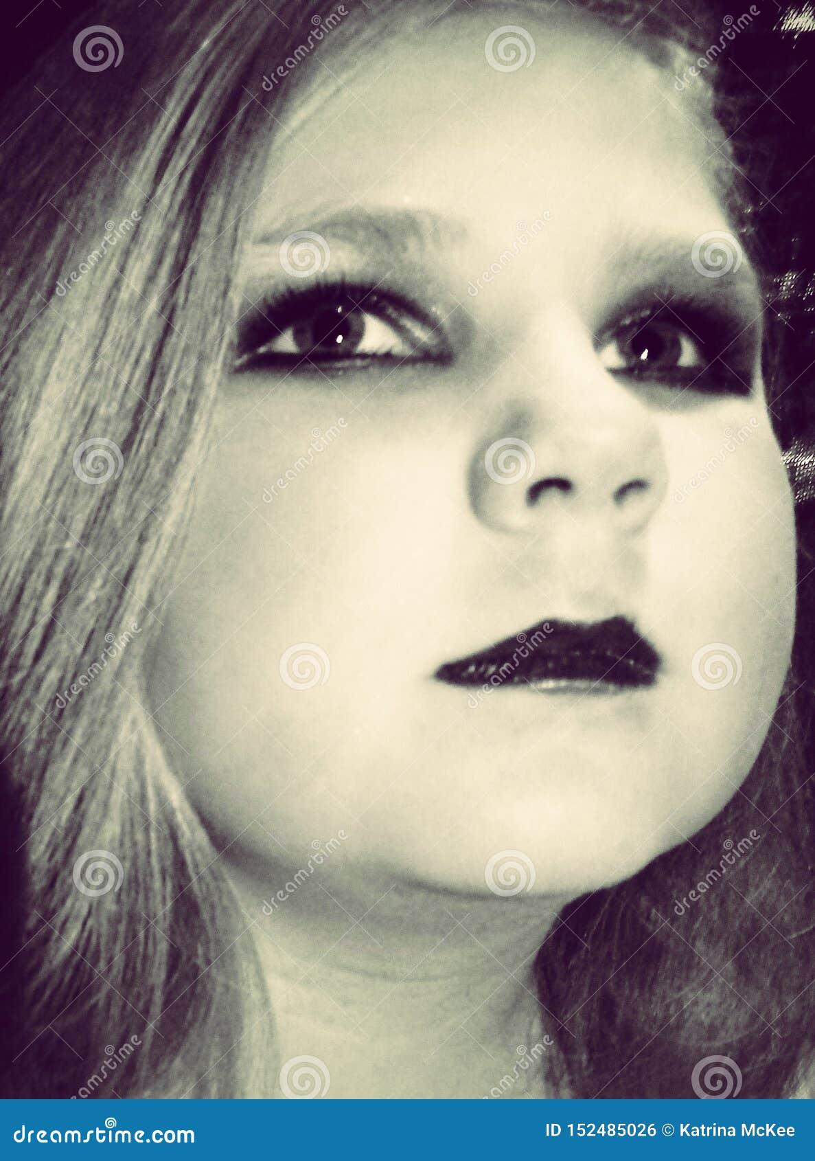 Маленькая девочка с макияжем