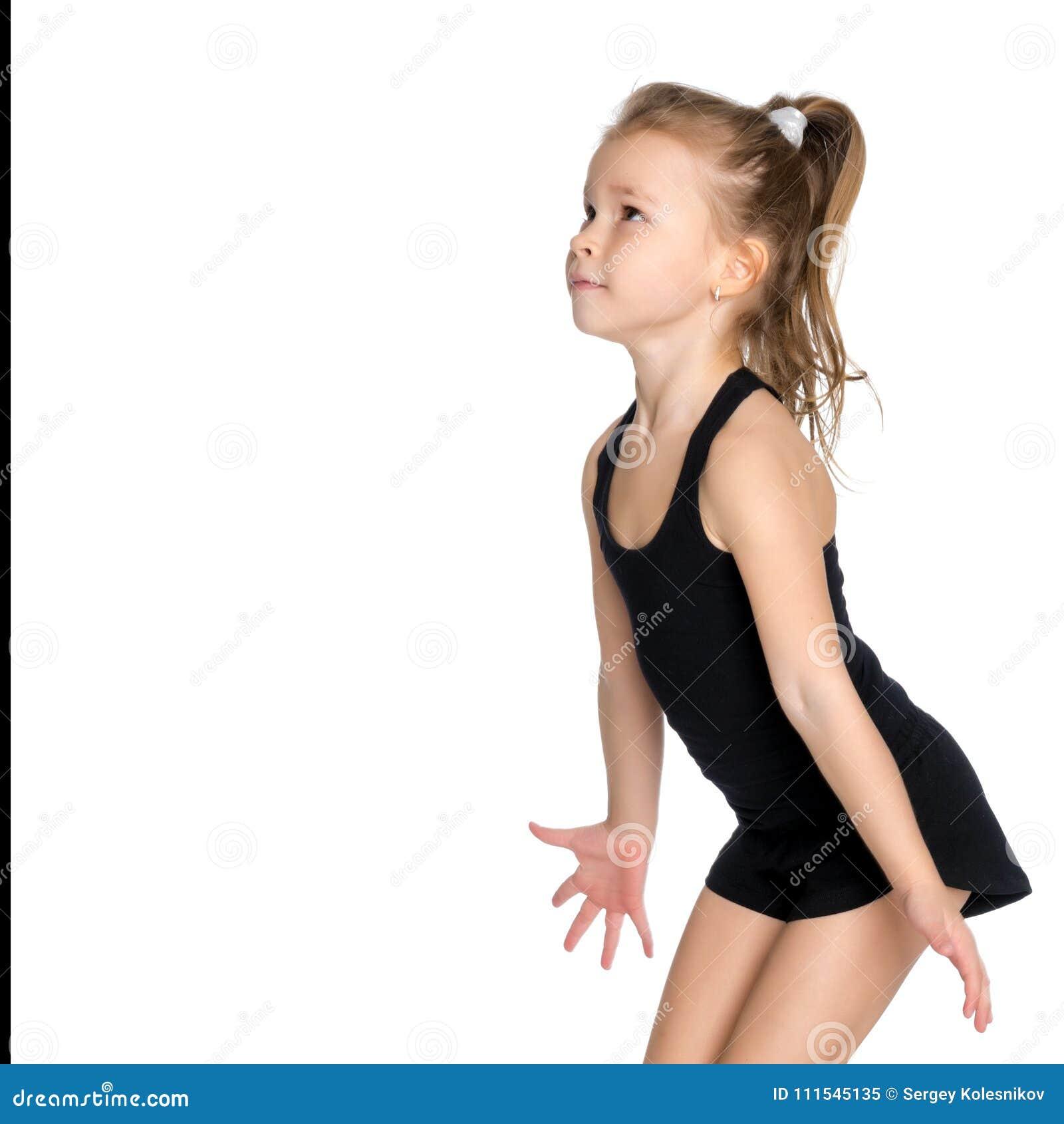 Маленькая девочка улавливает шарик