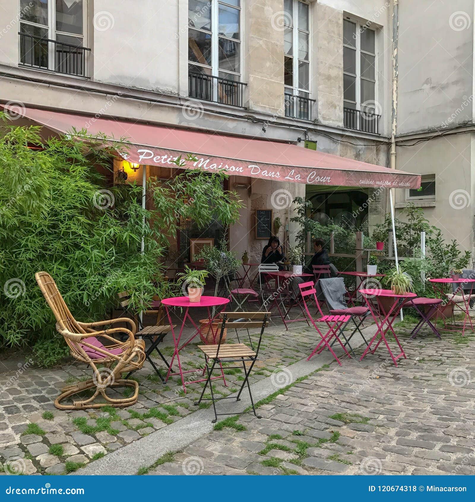 Маленькая Ла Cour dans Maison, Париж