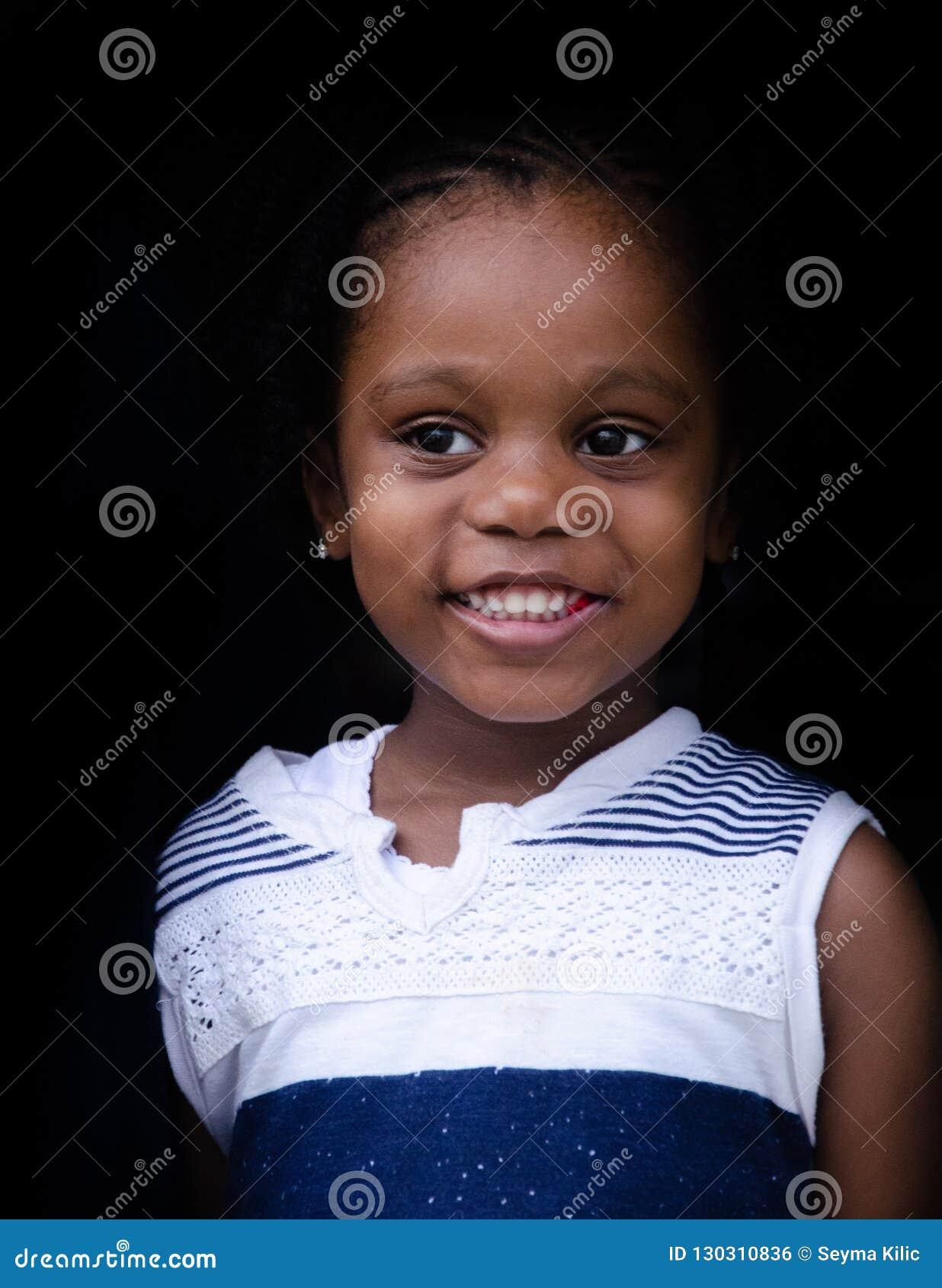 Маленькая милая, черная девушка от Багамских островов
