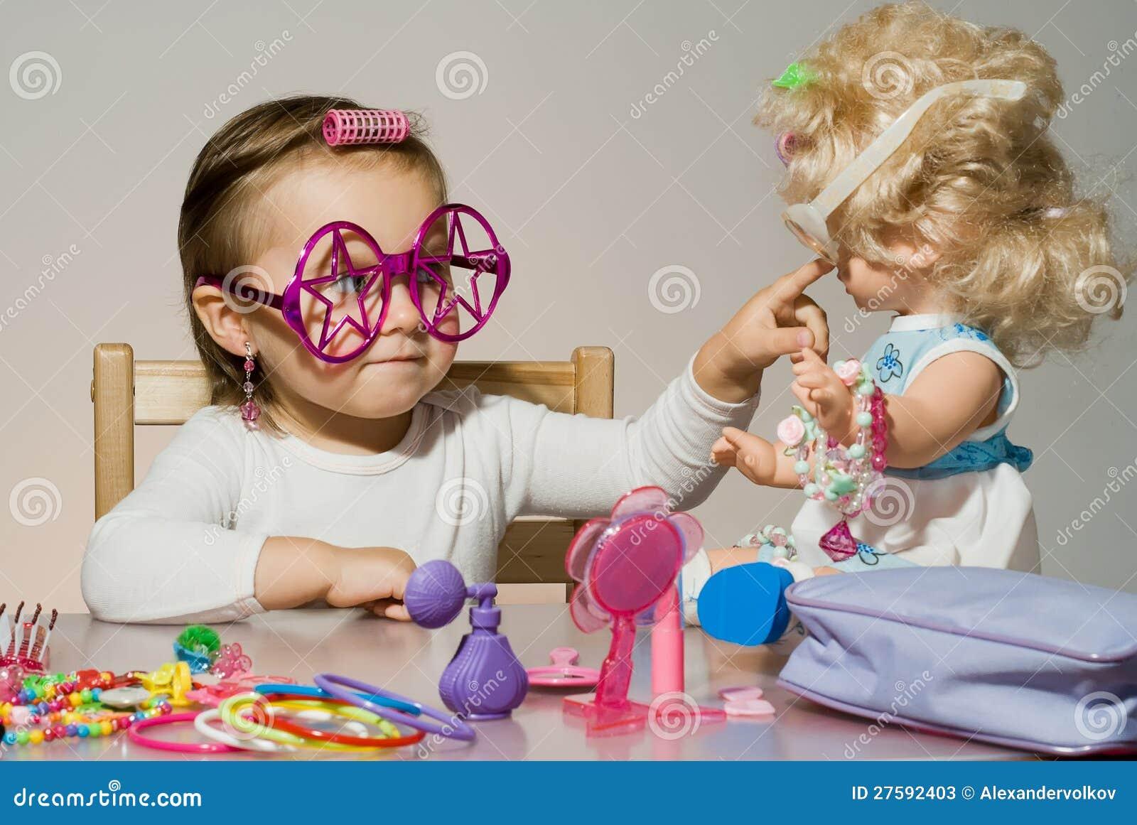 Фото девушка играет в куклы