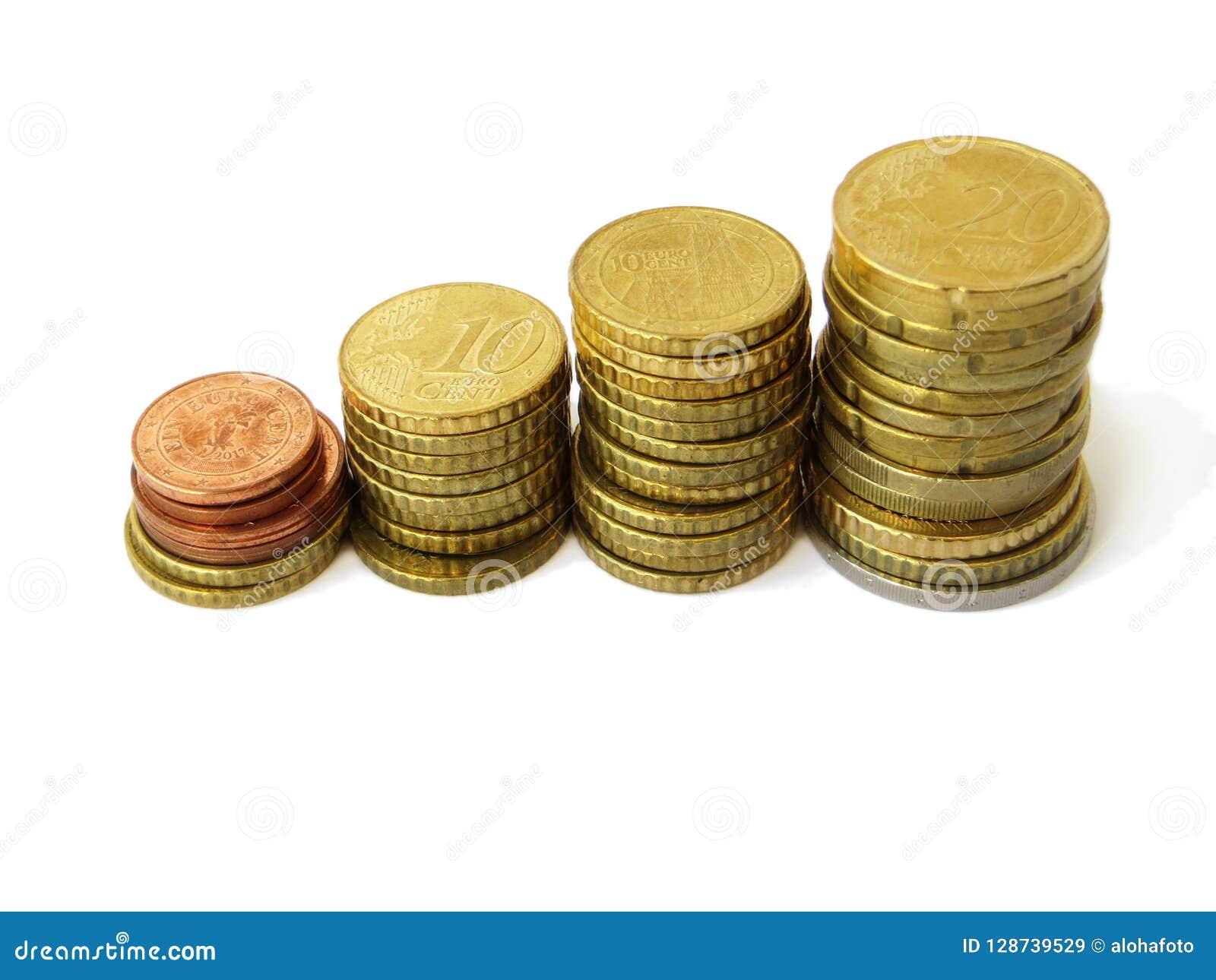 Маленькие башни сортированных медных денег денег евро используемых с изолированной белой предпосылкой